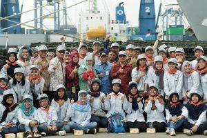 Para peserta Pelayaran Lingkar Nusantara (Pelantara) VI dalam Sail Selat Karimata tahun 2016 dan ENJ 2016 Foto bersama Deputi Safri Burhanuddin