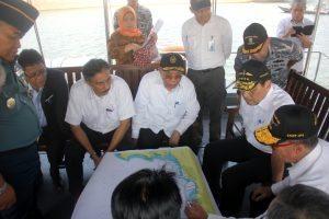 Menteri Koordinator Bidang Kemaritiman Luhut B Pandjaitan beserta jajaran Pejabat Kemenko Kemaritiman meninjau Lokasi Reklamasi di titik Pulau G, 8 September 2016