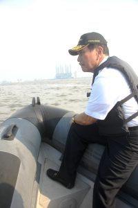 Menteri Koordinator Bidang Kemaritiman Luhut B Pandjaitan Memantau Lokasi Reklamasi di titik Pulau G, Jakarta 8 September 2016