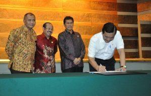 Menteri Koordinator Bidang Kemaritiman Luhut B. Pandjaitan (kanan) menandatangani piagam zona integritas di kantor menko Maritim hari Kamis, 15 September 2016