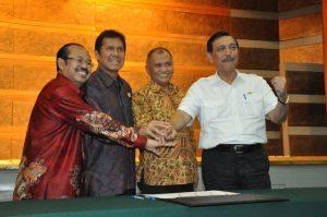 Menteri Koordinator Bidang Kemaritiman Luhut B. Pandjaitan (kanan) saksikan Ketua KPK Agus Rahardjo tanda tangani piagam zona integritas di kantor menko Maritim hari Kamis, 15 September 2016