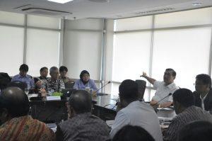 Menteri Koordinator BIdang Kemaritiman Luhut B. Pandjaitan pimpin rapat tentang evaluasi industri perikanan di kantor Menko maritim, 15 September 2016