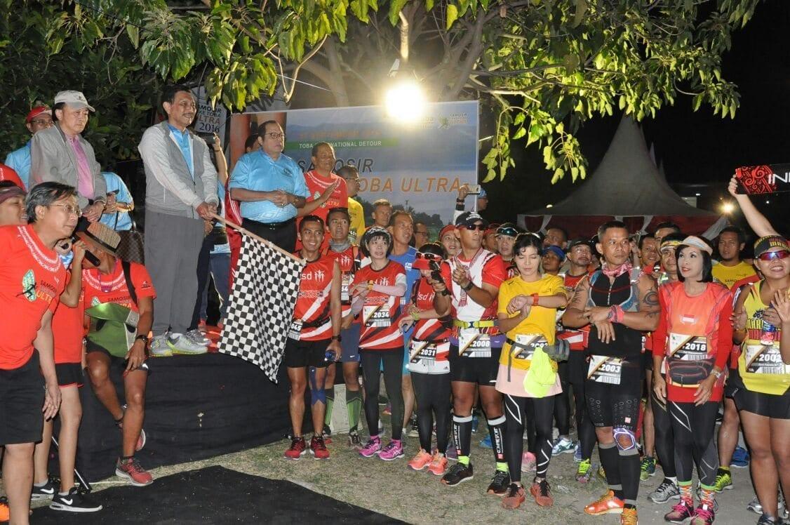 Menko Kemaritiman Luhut B. Pandjaitan Membuka Samosir Lake Toba Ultra Marathon di Samosir, Sumatera Utara