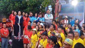 Menko Kemaritiman Luhut B. Pandjaitan bersama Ibu foto dengan Peserta Samosir Lake Toba Ultra Marathon 2016