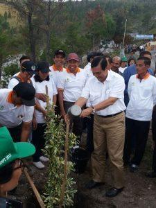 Menko Maritim Luhut B. Pandjaitan hari Jumat ( 16/9) menanam pohon dalam gerakan penghijauan pinggiran Danau Toba di Pusuk buhit.