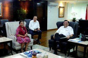 Menteri Koordinator Bidang Kemaritiman, Luhut B. Pandjaitan meeting dengan Menteri Kelautan dan Perikanan, Susi Pudjiastuti di Kantor Kemenko Maritim, Jakarta (29/11)