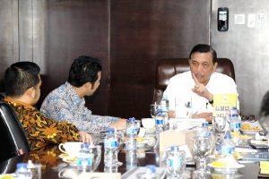Bapak Menko Luhut B Pandjaitan menerima paparan dari Bupati Trenggalek Emil Dardak di kantor Menko Maritim, Agenda : Pengembangan Koridor Maritim Pesisir Selatan Jawa di Yogya-Prigi-Blitar-Malang di Kantor Menko (1/11)