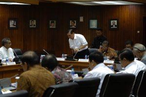 Menko Luhut dalam Rakor Pelaksanaan Strategis Nasional Keuangan Inklusif Pimp Menko Ekonomi ,bertempat di ruang rapat Graha Sawala, Gedung Ali Wardhana, Kementerian Koordinator Bidang Perekonomian, Jakarta (3/11)