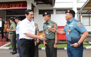Menko Maritim Luhut B.Pandjaitan melakukan kunjungan kerja dan memberikan pengarahan kepada Perwira Siswa Sekolah Staf dan Komando (Pasis Sesko) TNI di Bandung, Selasa (22/9)