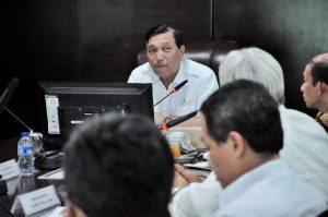 Menko Luhut B. Pandjaitan rapat mengenai harga gas, harga minyak mentah untuk mini refinery, pelarangan ekspor konsentrat tembaga di Kantor Maritim, Jakarta (16/12)