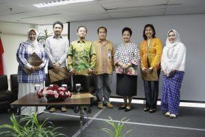 Foto Bersama Dharma Wanita Persatuan (DWP) Bersama Penasehat DWP, Ibu Devi Pandjaitan dan Nara Sumber pada acara Workshop Pengolahan Sampah Rumah Tangga, di Kantor Kemenko Maritim, Jakarta (01/12).