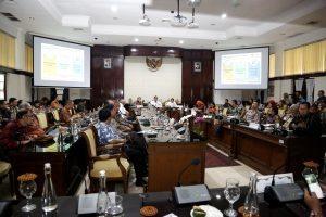 Menko Maritim Luhut B. Pandjaitan pimpin Rakor Percepatan Gerakan Budaya Bersih dan Senyum di Balai Kota Surabaya (6/12)