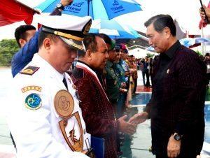 Menteri Koordinator Bidang Kemaritiman Luhut B Pandjaitan memberikan penghargaan kepada Gubernur Nusa Tenggara Timur Frans Leburaya dalam agenda acara Hari Peringatan Nusantara 2016 di Lembata (13/12)