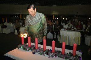 Menko Bidang Kemaritiman, Luhut B. Panjaitan menyalakan lilin pada perayaan bersama Natal 2016, di Gedung BPPT 2, Jakarta (5/1).