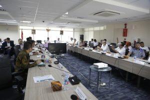 Menko Luhut B Pandjaitan pimpin Rakor Rencana Pembangunan Jembatan Pancasila dan Pembangkit Listrik Tenaga Arus Laut (PLTAL) di Provinsi NTT, di Kantor Maritim, Jakarta (11/1).