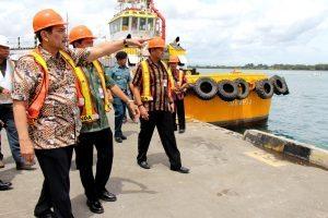 Menteri Koordinator Bidang Kemaritiman Luhut B Pandjaitan di dampingi Deputi bidang Infrastruktur Ridwan Djamaludin meninjau lokasi Pelabuhan Benoa di Tanjung Benoa Bali (30/12)