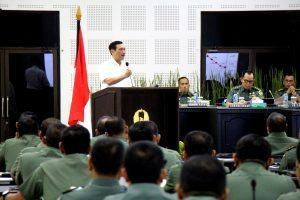 Menteri Koordinator Bidang Kemaritiman Luhut B Pandjaitan memberikan pembekalan pada saat Rapim TNI AD 2017 di Aula Jenderal Besar A.H Nasution, 24 Januari 2017