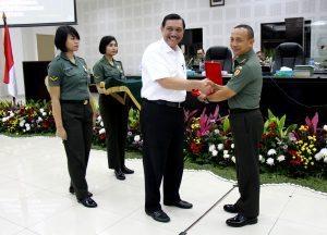 Menteri Koordinator Bidang Kemaritiman Luhut B Pandjaitan menerima cinderamata dari Kasad pada saat selesai memberikan pembekalan pada saat Rapim TNI AD 2017 di Aula Jenderal Besar A.H Nasution, 24 Januari 2017