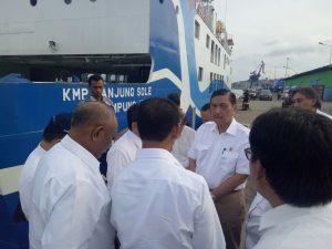 Menteri Koordinator Bidang Kemaritiman Luhut B Pandjaitan meninjau Lokasi Pelabuhan Yos Sudarso di Ambon Maluku dalam agenda HPN 2017 (8/2)