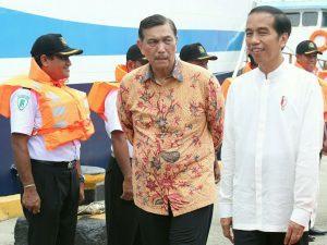 Menteri Koordinator Bidang Kemaritiman Luhut B Pandjaitan saat mendampingi Presiden RI Joko Widodo dalam acara Hari Puncak Hari Pers Nasional di Ambon (9/2)