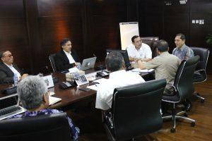 Menko Luhut B. Pandjaitan pimpin rapat terkait pembahasan gunung sinabung dengan Bupati Karo, Terkelin Brahmana dan Kepala BNPB, Willem Rampangilei di Kantor Maritim, Jakarta (27/2).