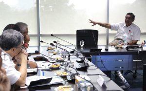 Menteri Koordinator Bidang Kemaritiman Luhut B Pandjaitan Pimpin Rapat membahas Pembangunan LRT Jabodetabek di Kantor Kemaritiman (3/2)