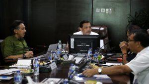 Menteri Koordinator Bidang Kemaritiman Luhut B Pandjaitan menerima Paparan dari Dirut KAI membahas Kereta Jakarta-Surabaya di Kantor Kemenko Maritim (3/2)