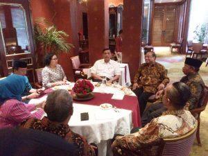 Menko Luhut B Pandjaitan berbincang dengan Ibu Ninuk Mardiana Pambudy (Wapemred Kompas), Muhammad Amin ( Wagub NTB), Mori Hanafi ( Wakil Ketua DPRD Prov. NTB), Indroyono Susilo ( Penasehat Kehormatan Kementerian Pariwisata), Ibu Baiq Dyah Ratu Ganefi (Perwakilan DPD RI NTB), dan Perwakilan dari Beberapa Bupati NTB disela-sela Acara Festival Pesona Tambora 2017 di Hotel Dharmawangsa, Jakarta. (23/01)