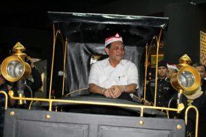 Menko Luhut diatas replika kendaraan tradisional di Bale Panyawangan, Purwakarta (15/03/2017) Dok.Humas Maritim