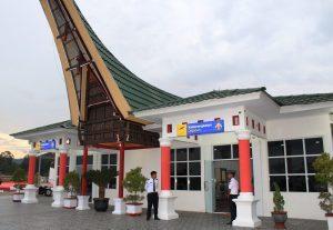 Deputi Bidang Koordinasi SDM,Iptek dan Kebudayaan Maritim Safri Burhanuddin Meninjau Bandara Pongtiku, bandara yg Terbaik yg ada di Toraja, yg nantinya akan di masuki maskapai Garuda Indonesia (16/3)