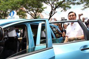 Menteri Koordinator Bidang Kemaritiman Luhut B Pandjaitan mencoba fasilitas kolaborasi antara bluebird dengan gojek (30/3)