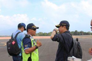 Asdep Infrastruktur Pelayaran, Perikanan dan Pariwisata Rahman Hidayat berdiskusi dengan Satpel Bandara Letung Kemenhub Ariadi, Anambas (05/03/2017)