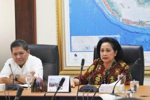 Ibu Devi Pandjaitan didampingi oleh Deputi IV Bidang Koordinasi SDM, IPTEK dan Budaya Maritim Kemenko Maritim Safri Burhanudin