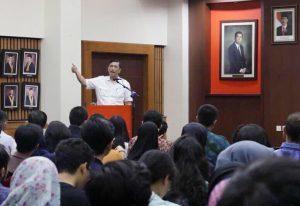 Bapak Luhut dalam kuliah umum Sosialisasi Kebijakan Kelautan Indonesia di FISIP UI, Rabu (05/04).