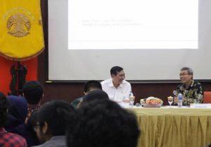 Menko Luhut bersama dengan Moderator sekaligus Ketua Pusat Kajian Asean Study Center FISIP UI selaku penyelenggaran acara, Edi Prasetyono.