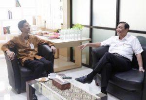 Menko Luhut bersama dengan Dekan FISIP UI Dr. Ari Setiabudi Susilo