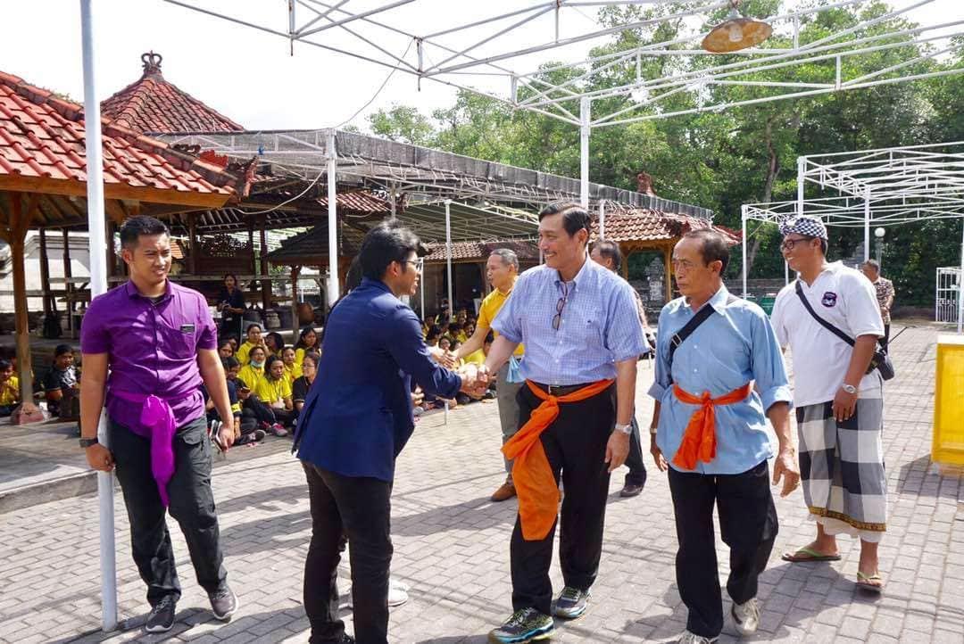 Kunjungi Pura Sakenan Bali, Menko Luhut Titip Kebersihan Sampah ke Mahasiswa Unud