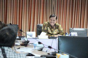 Menko Luhut Pimpin Rakor Perkembangan Pembangunan LRT di Kantor Maritim