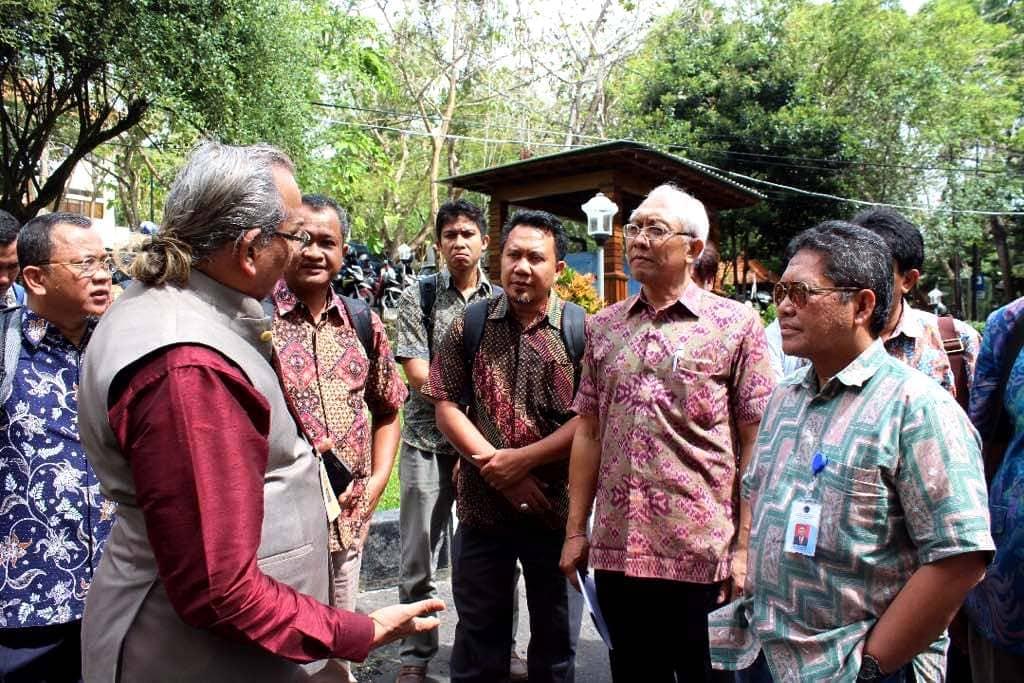 Peninjauan Lokasi untuk Rencana Implementasi Plastic Tar Road di Lingkungan Universitas Udayana, Bali
