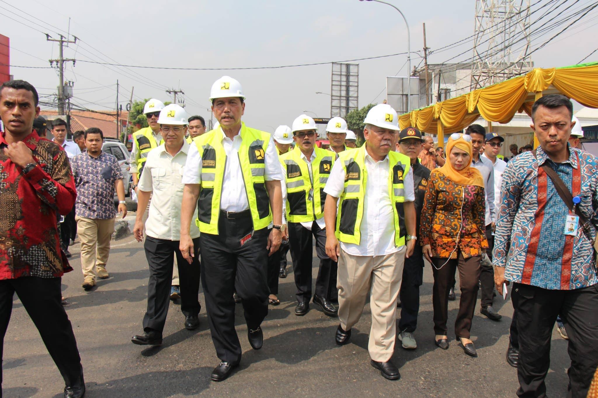 Menko Luhut dan Menteri PUPR Basuki Meninjau Lokasi Penerapan Teknologi Campuran Aspal Menggunakan Limbah Plastik