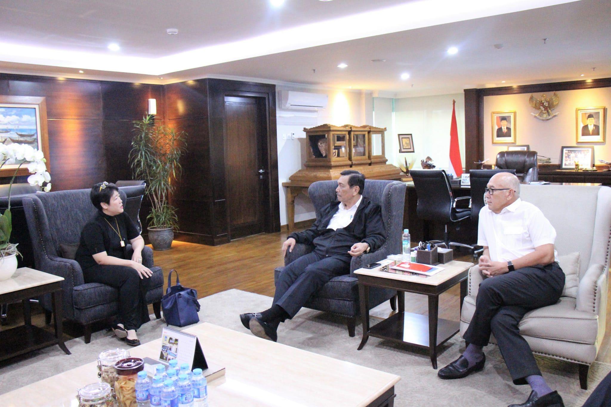 Menko Luhut Meeting dengan Mrs. Lan Chen Sophie di Kantor Maritim
