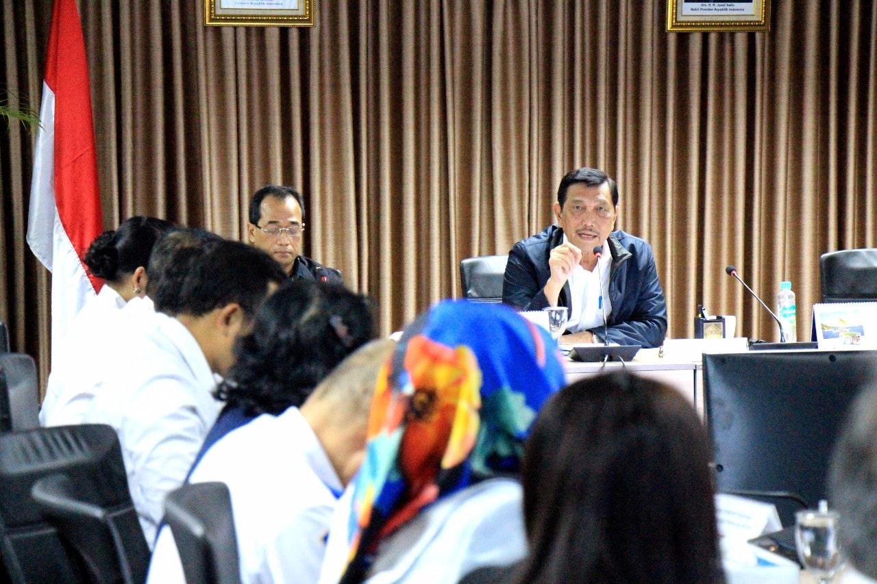 Menko Luhut Pimpin Rakor Tindak Lanjut LRT Jabodebek di Kantor Maritim