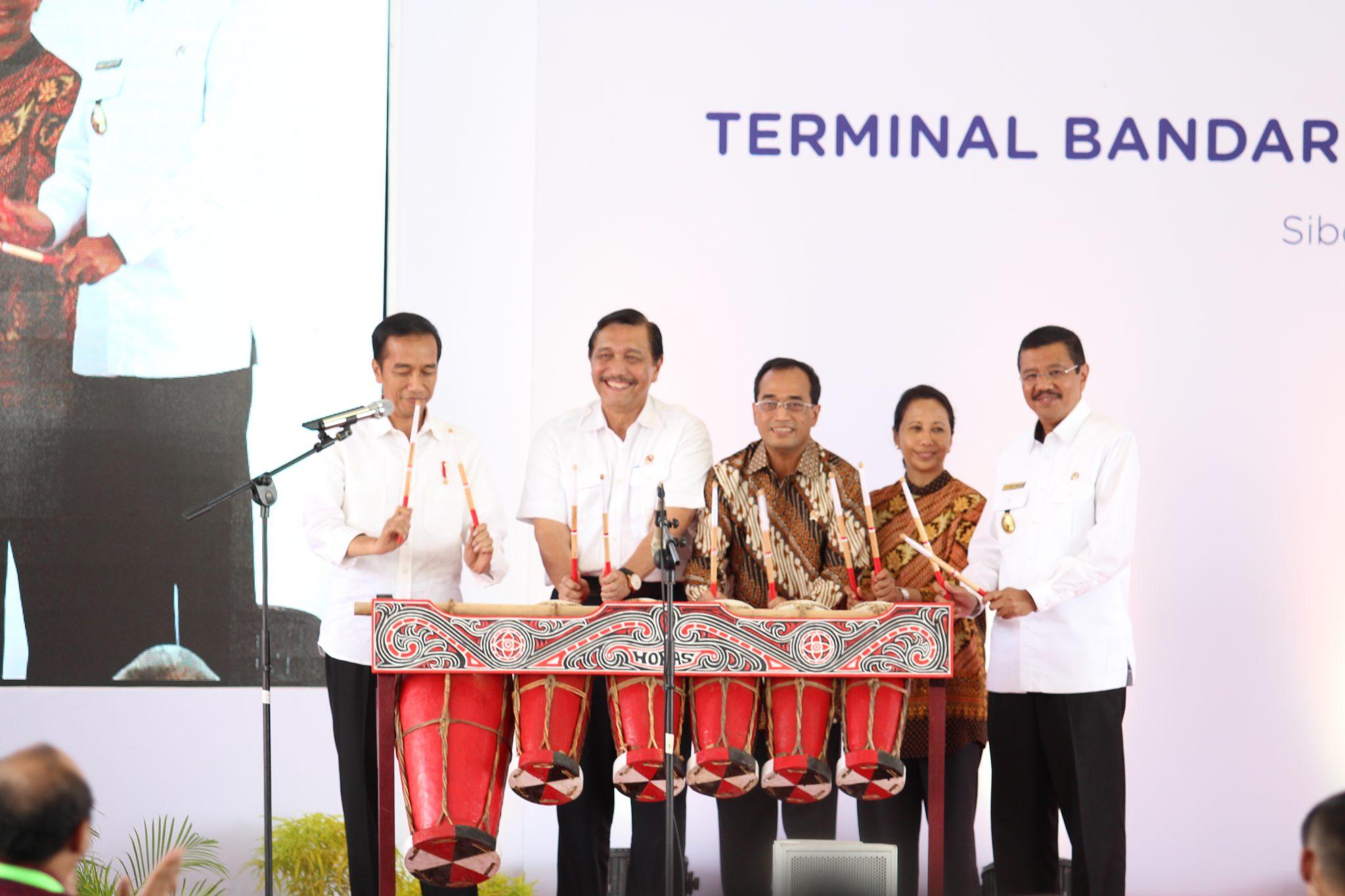 Menko Luhut Dampingi Presiden RI Joko Widodo Meresmikan Bandar Udara International Silangit
