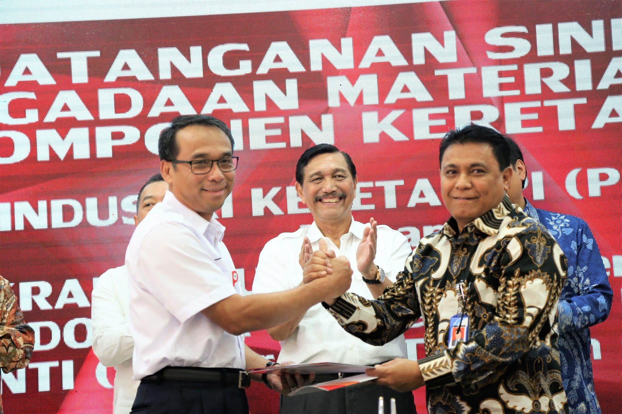 Menko Luhut Hadiri Penandatanganan Kontrak Pengadaan dan Rangka Sinergi BUMN di PT. INKA
