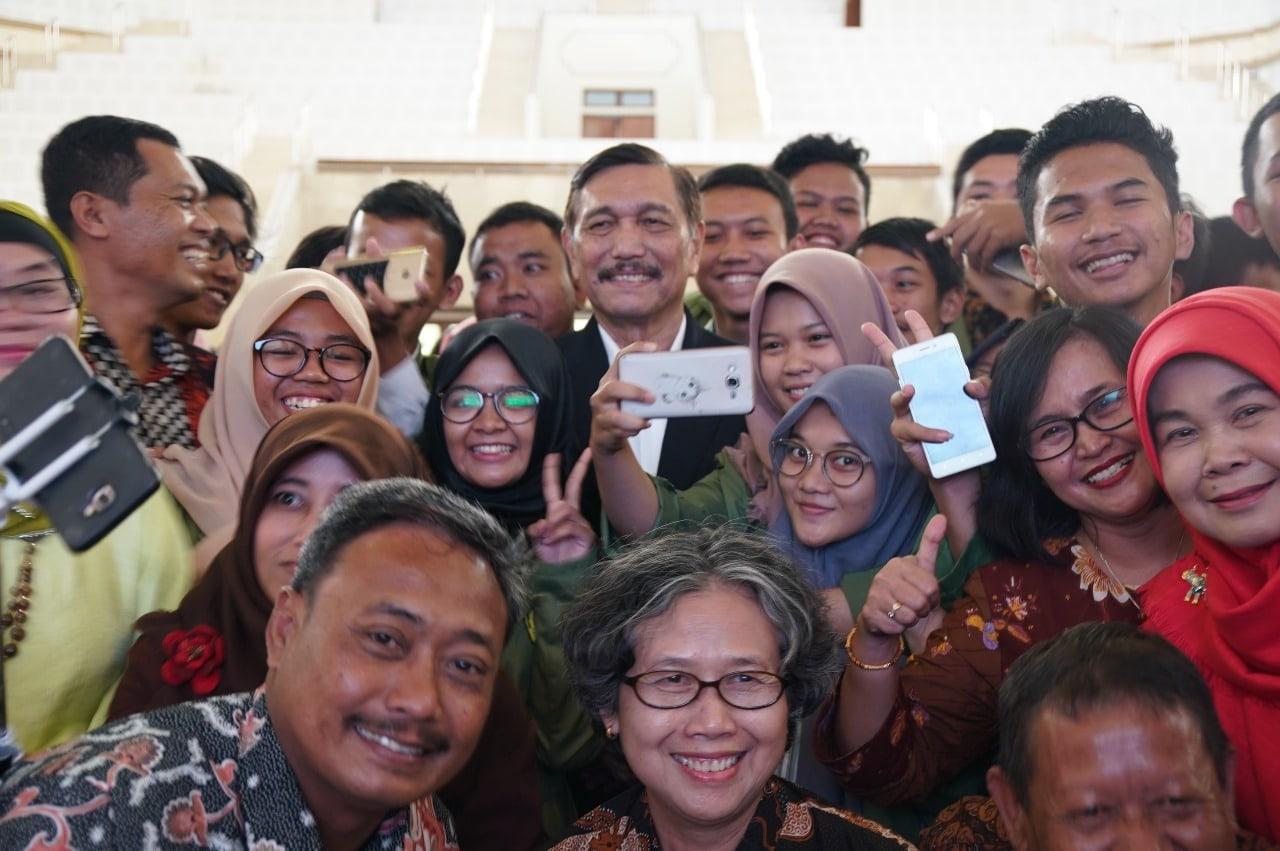 Menko Luhut: Kenaikan Peringkat Ekonomi Indonesia Membuktikan Perekonomian Indonesia Makin Baik