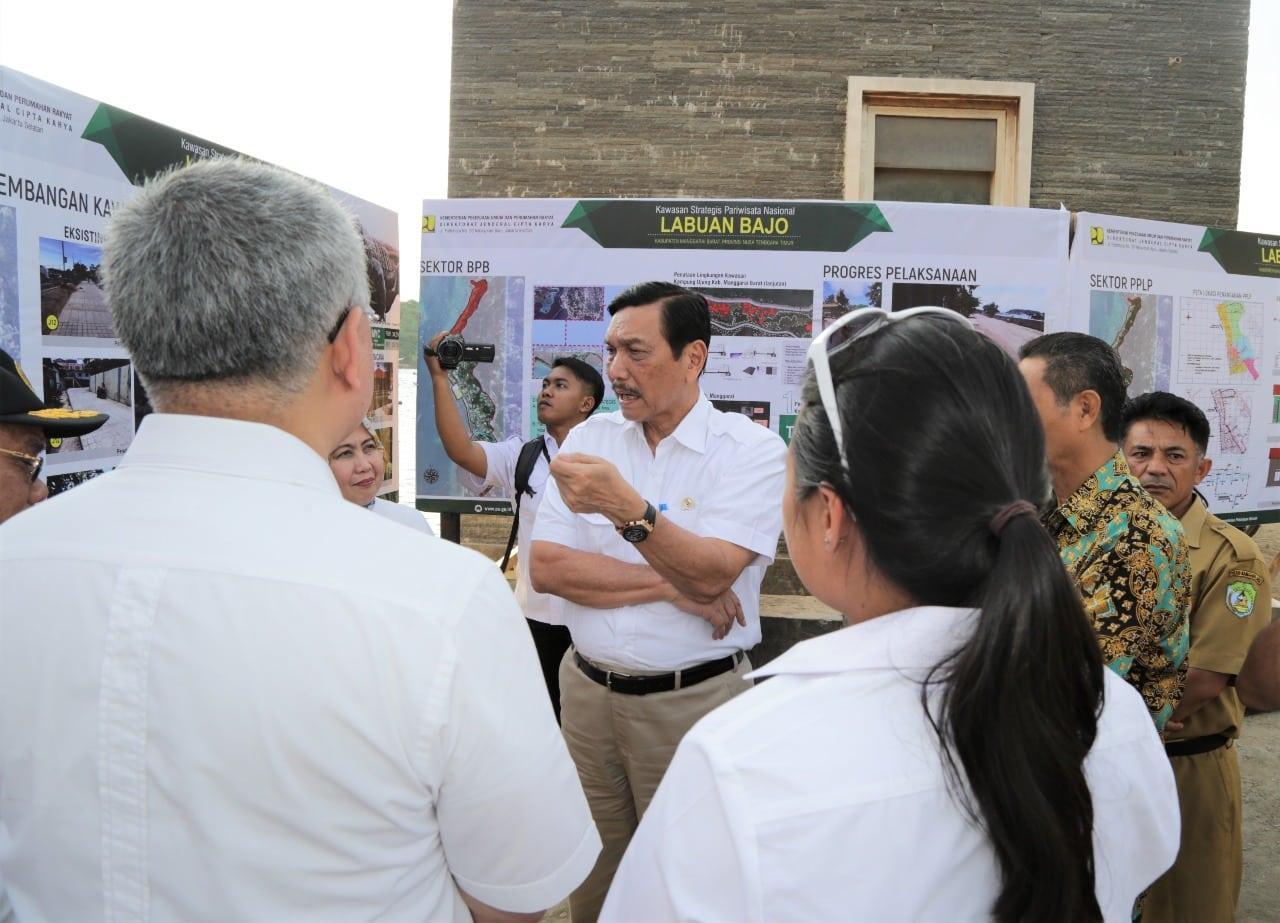 Menko Luhut Lakukan Peninjauan Kampung Ujung tempat wisata kuliner yang sedang di revitalisasi, di Labuan Bajo