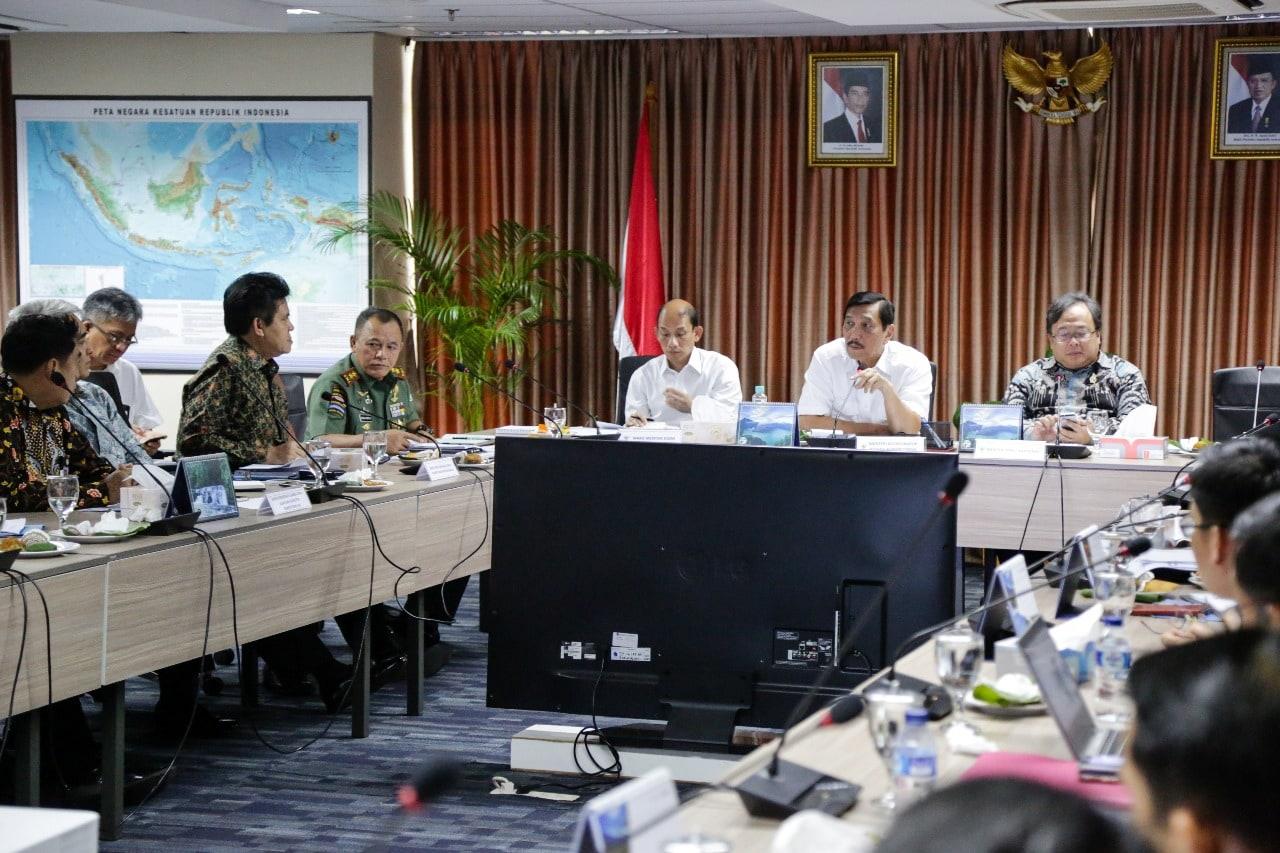 Menko Luhut Rakor Jawa Barat Selatan di Kantor Maritim