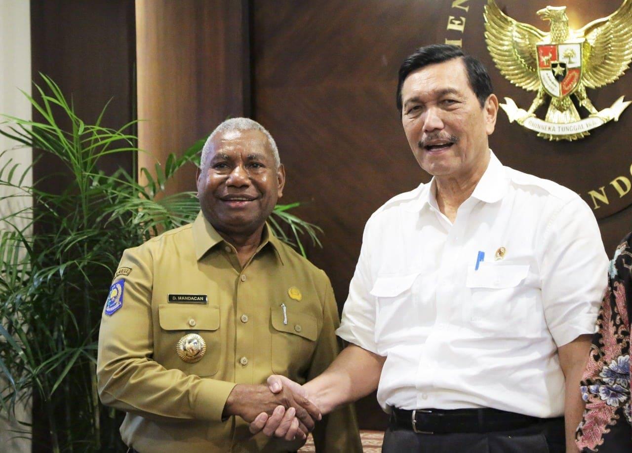 Kunjungi Kemenko Maritim, Gubernur Papua Barat Dominggus Mandacan Diterima Menko Luhut