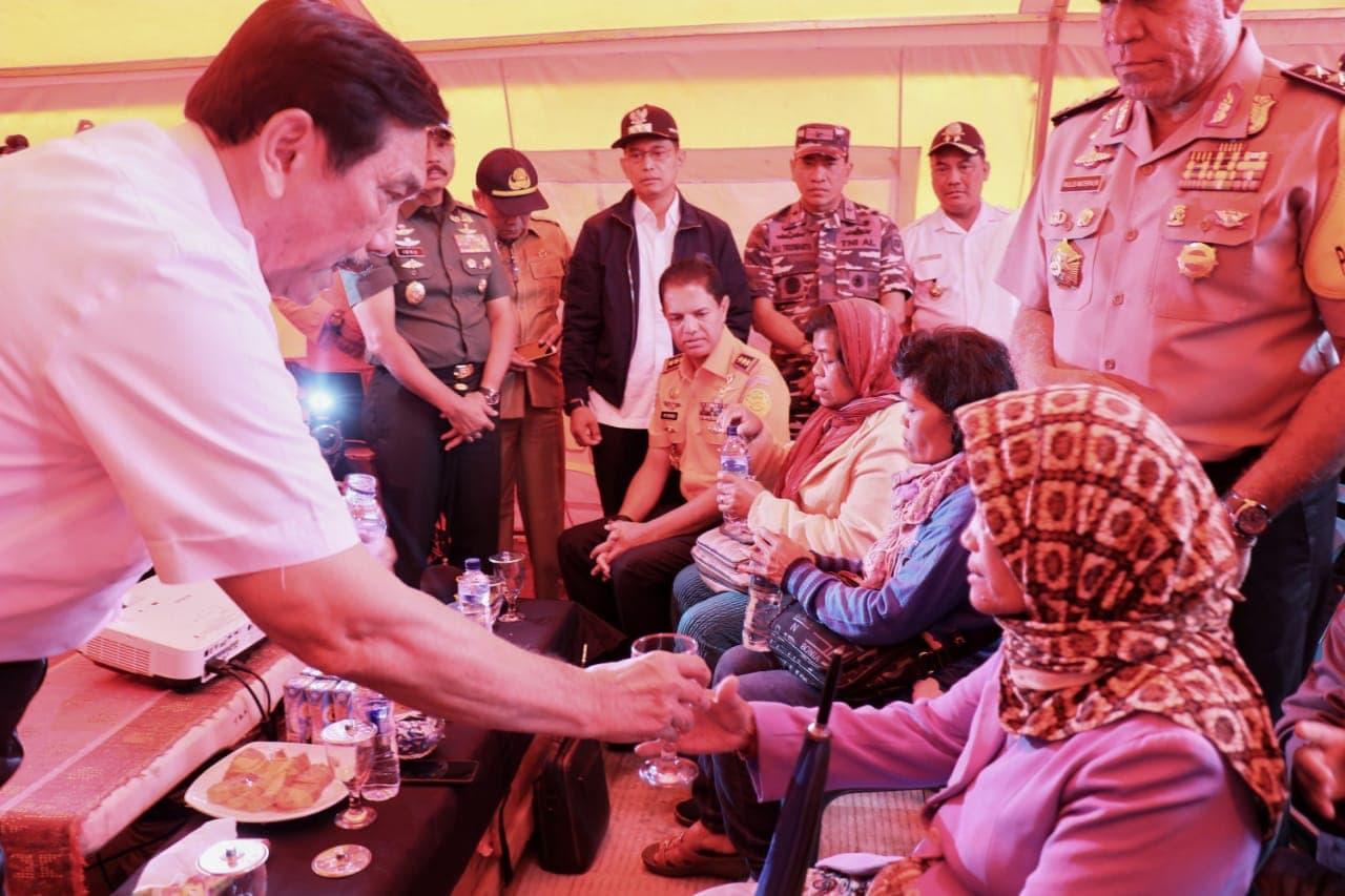 Menko Luhut Jenguk Keluarga Korban KM Sinar Bangun di Posko Basarnas