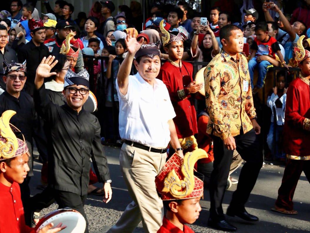 Keliling Ikut Karnaval Etnik, Menko Luhut: Banyuwangi Paten!